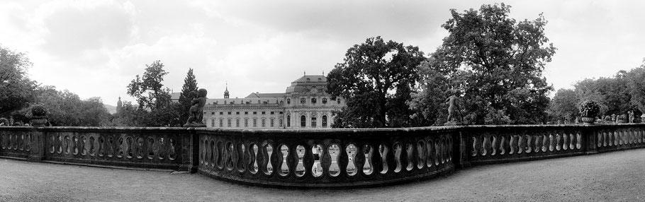 Würzburg Residenz Garten in schwarz-weiß als Panorama-Photographie