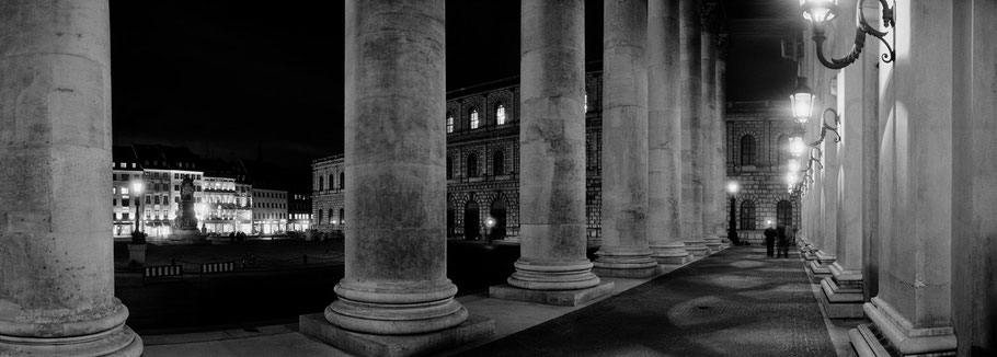 Oper, Nationaltheater bei Nacht in schwarzweiß als Panorama-Photographie, München