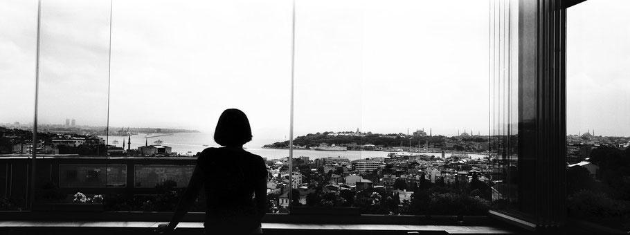 Blick über Beyoglu in Istanbul, Türkei als Schwarzweißphoto im Panorama-Format