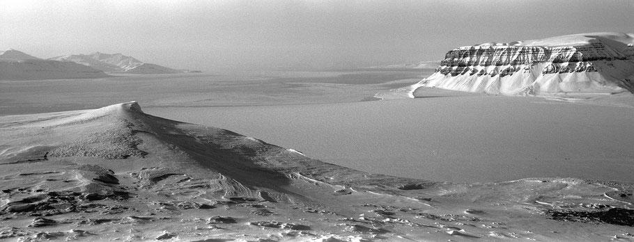 Weite Fjordlandschaft im Eis auf Spitzbergen - Svalbard in schwarz-weiß als Panorama-Photographie