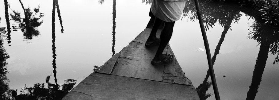 Auf einem kleinen Boot in den Backwaters von Aleppi, Indien, in schwarz-weiß als Panorama-Photographie