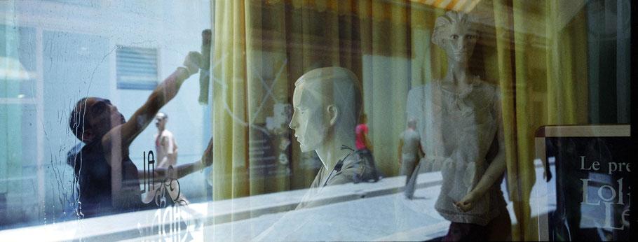 Cubanischer Fensterputzer spiegelt sich in Schaufenster in Havannas Altstadt als Panorama-Photographie