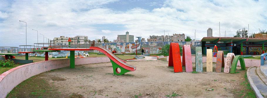 Spielplatz im Freibad in Havanna, Cuba, als Farbphoto im Panorama-Format
