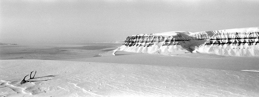 Zugefrorener Fjord auf Spitzbergen - Svalbard in schwarz-weiß als Panorama-Photographie