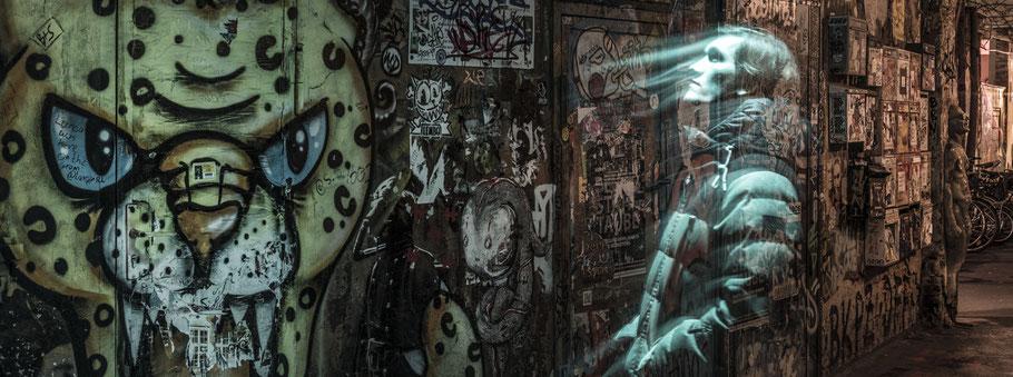 Nachtaufnahme im Hackeschen Markt in Berlin als Farbfotografie im Panorama-Format
