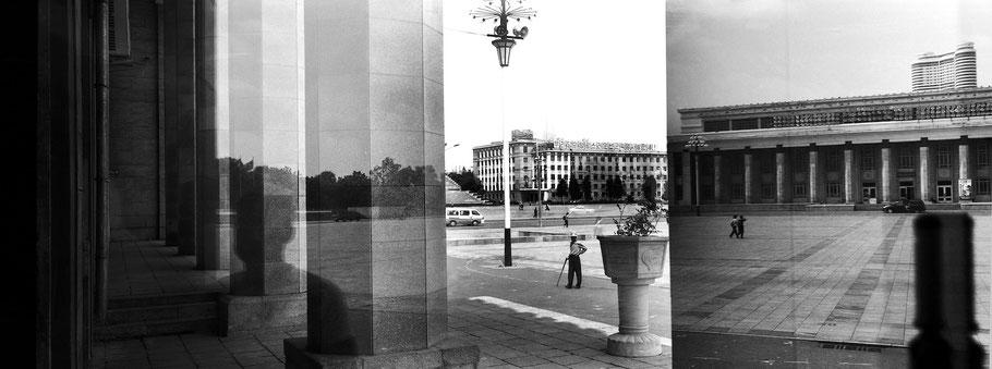 Spiegelung aus der Kunstgalerie in Pyongyang, Nord Korea, als Schwarzweißphoto im Panorama-Format
