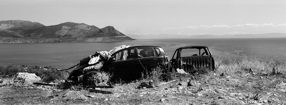 Autowracks bei Kamares auf dem Peloponnes, Griechenland,  als Schwarzweißphoto im Panorama-Format