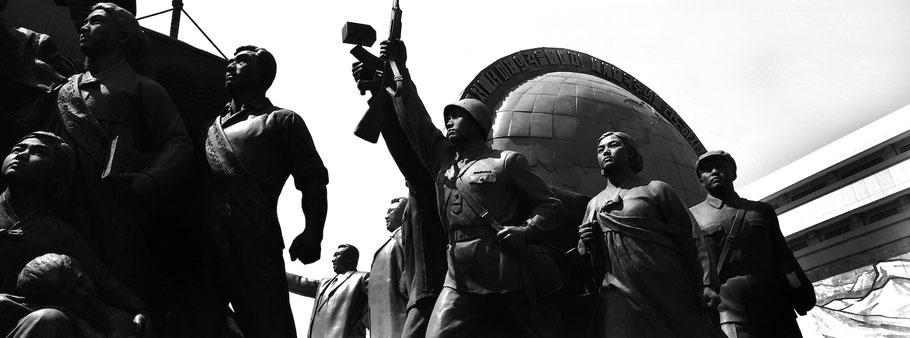 Das  Monument Kim Il Sung in Pyongyang, Nord Korea, seitlich fotografiert als Schwarzweißphoto im Panorama-Format