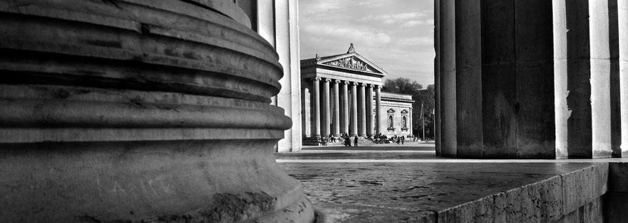 Königsplatz und Alte Pinakothek in schwarzweiß als Panorama-Photographie, München
