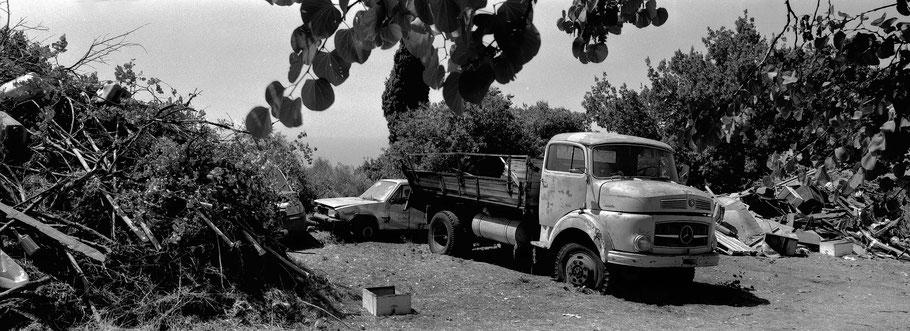 Alte Mercedes LKW bei Pirgos auf dem Peloponnes, Griechenland,  als Schwarzweißphoto im Panorama-Format