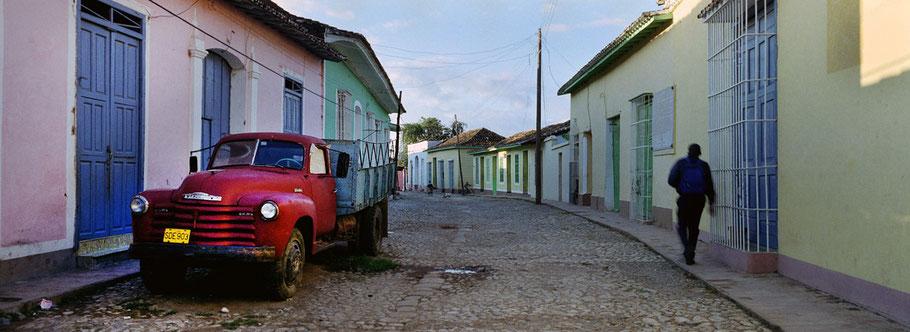 Alter Lastwagen auf der Straße in Trinidad de Cuba als Farbphoto im Panoramaformat, Cuba