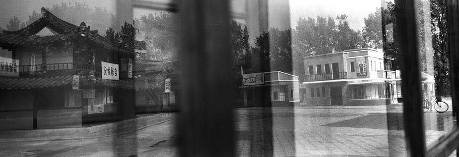 Spiegelung von Kulissen in den Filmstudios in Pyongyang, Nord Korea, als Schwarzweißphoto im Panorama-Format