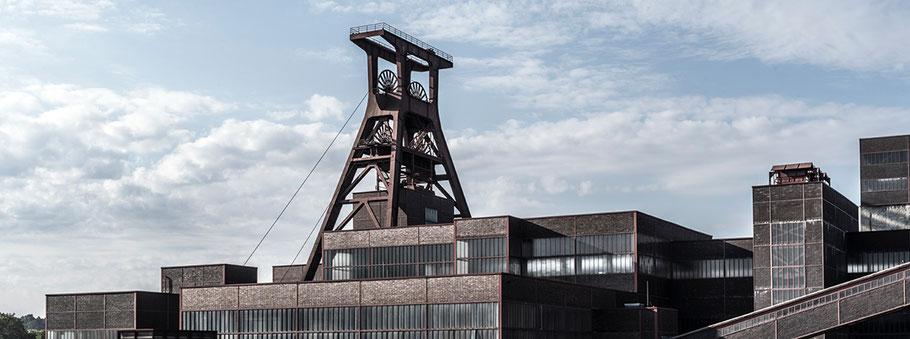 Zeche Zollverein in Essen als Farbphoto im Panorama-Format.