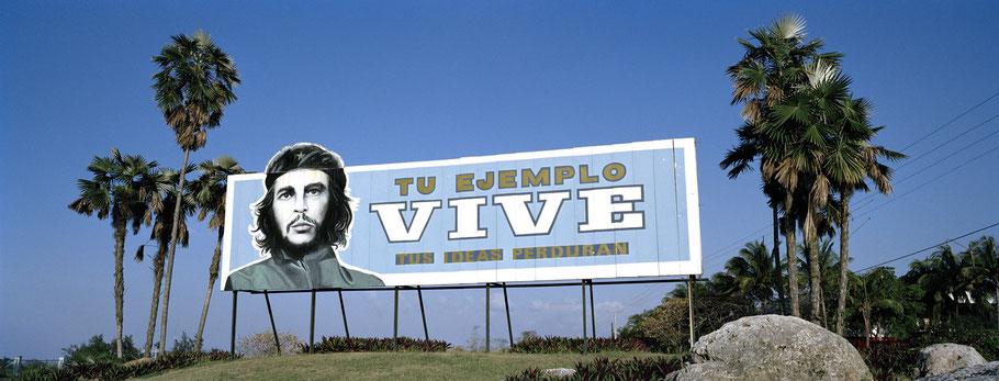 """Schriftzug """"VIVE"""" auf großer Werbetafel mit Palmen in  Cuba als Farbphoto im Panorama-Format"""