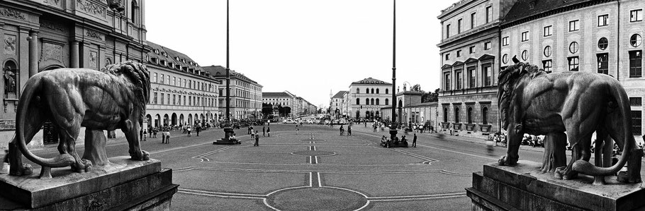 Ludwigstrasse, Feldherrnhalle, Odeonsplatz in schwarzweiß als Panorama-Photographie, München