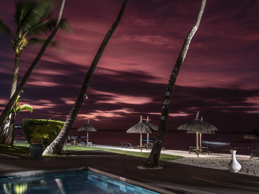 Menschen an der Bushaltestelle von Jioufen in Taiwan als Farb-Photographie