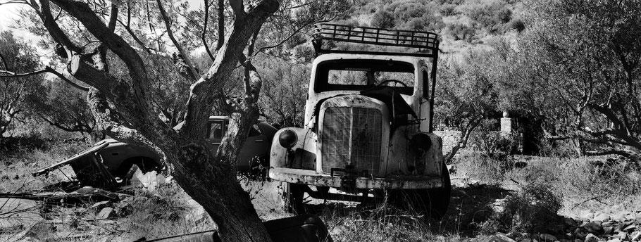 Oldtimer bei Kamares auf dem Peloponnes, Griechenland, als Schwarzweißphoto im Panorama-Format