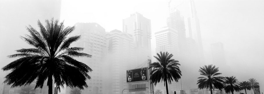 Sheik Zayed Road in Dubai im Morgennebel als Panorama-Photographie