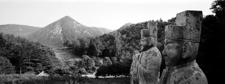 Königsgrab Kongmin in Nord Korea, in schwarz-weiß als Panorama-Photographie