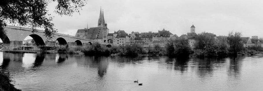 Regensburg Altstadt in schwarz-weiß als Panorama-Photographie