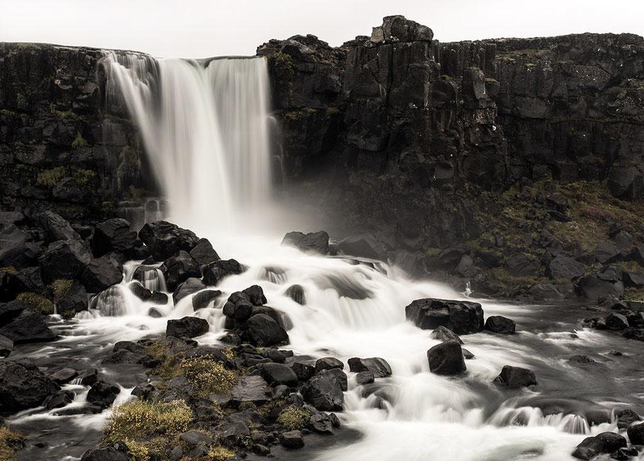 Wasserfall im Nationalpark in Thingvellir als Farb-Photographie, Island/Iceland