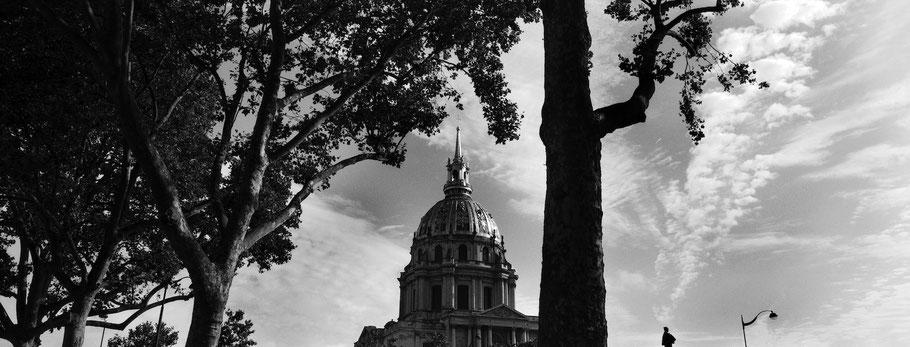 Der Invalidendom Hotel des Invalides in Paris, Frankreich,  als Schwarzweißphoto im Panorama-Format
