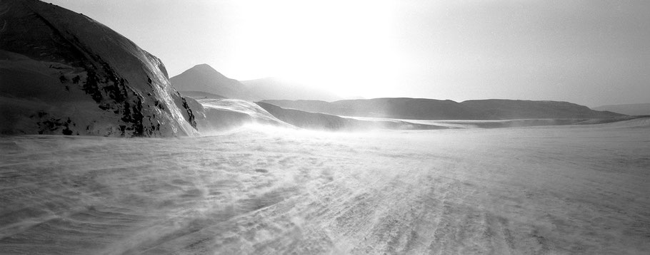 Schneesturm auf Spitzbergen - Svalbard in schwarz-weiß als Panorama-Photographie