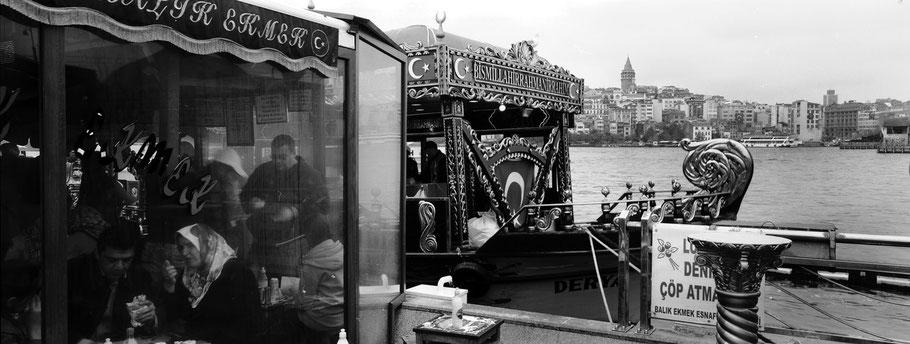 An der Galata Brücke in Istanbul, Türkei als Schwarzweißphoto im Panorama-Format