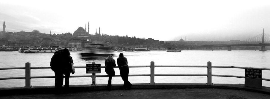 Abendstimmung an der Galata Brücke in Istanbul, Türkei als Schwarzweißphoto im Panorama-Format