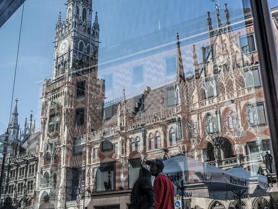 Spiegelung des Neuen Rathauses am Marienplatz als Farb-Photographie, Muenchen