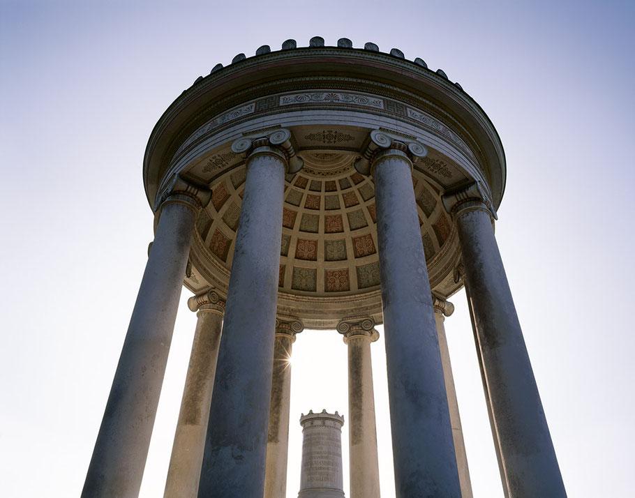 Innenaufnahme der Kuppel des Monopteros im Englischen Garten als Farb-Photographie, Muenchen