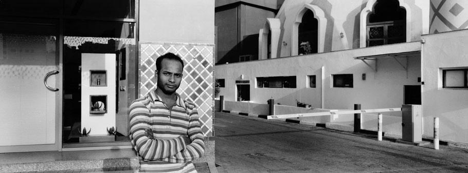 Junger Mann in der 5 b Street in Dubai als Panorama-Photographie