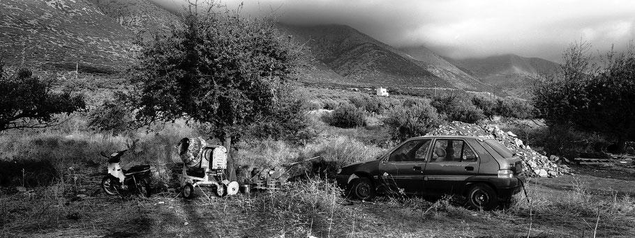Alte Peugeot bei Areopoli auf dem Peloponnes, Griechenland,  als Schwarzweißphoto im Panorama-Format