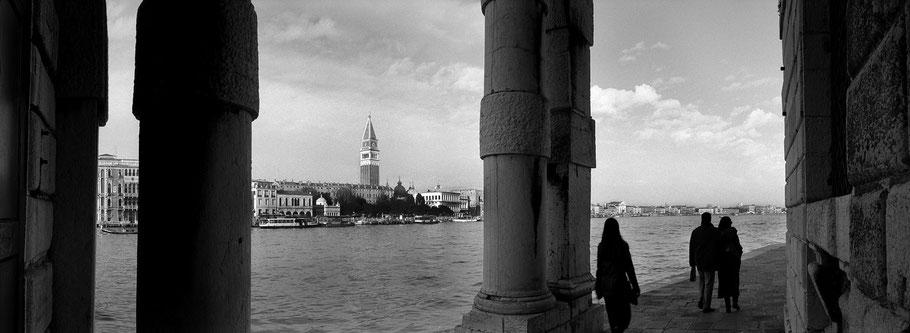 Punta de la Salute in Venedig als Schwarzweißphoto im Panorama-Format