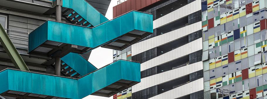 Düsseldorfer Medienhafen als Farbphoto im Panorama-Format.