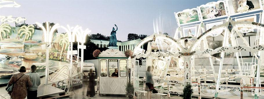 Blick auf die nächtliche Bavaria in München von der Oiden Wiesn aus als Farbphoto im Panorama-Format