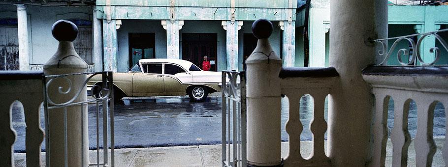 Oldtimer auf der Straße in Pinar del Rio als Farbphoto im Panoramaformat, Cuba