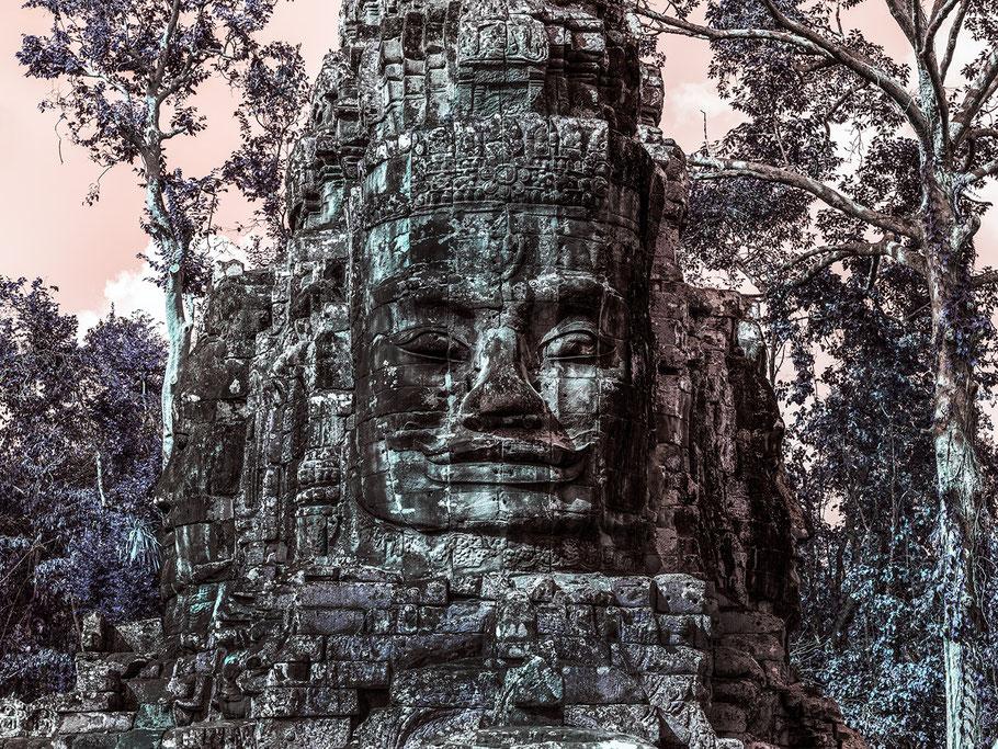 Blick auf das nächtliche, beleuchtete Pudong in Shanghai  als Farbphoto