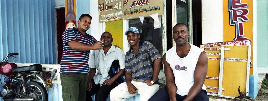 Vier junge  Kubaner posieren an der Straße in Pinar del Rio, Farbphoto als Panorama-Photographie