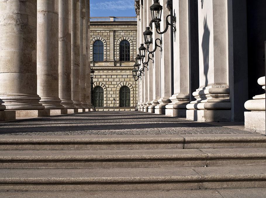 Treppenaufgang und Eingang der Staatsoper am Max-Joseph-Platz 2016 als Farb-Photographie, Muenchen