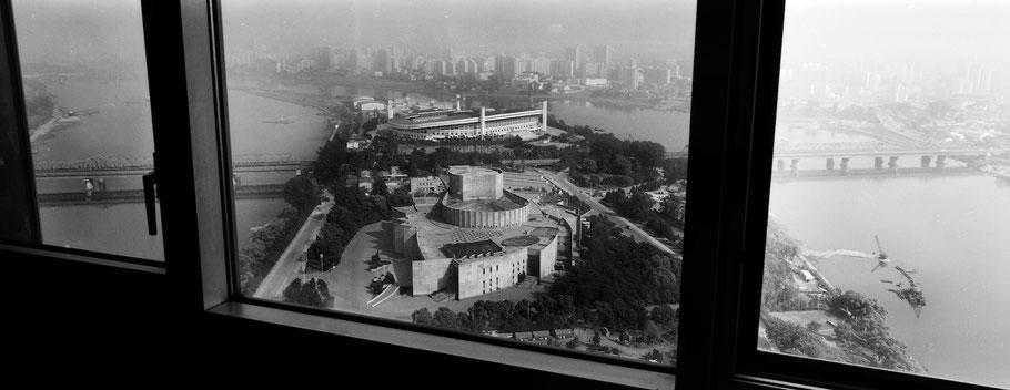 Blick aus dem Hotel auf die Yanggakdo Insel in Pyongyang, Nord Korea, als Schwarzweißphoto im Panorama-Format