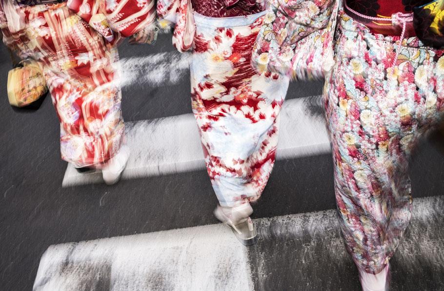 Mit Blitz erhellte Abendsaufnahme Geishas in Kyoto als Farb-Photographie, Japan