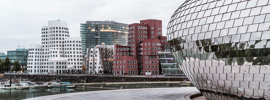 Düsseldorfer Medienhafen Peppels Hyatt Hotel  als Farbphoto im Panorama-Format.