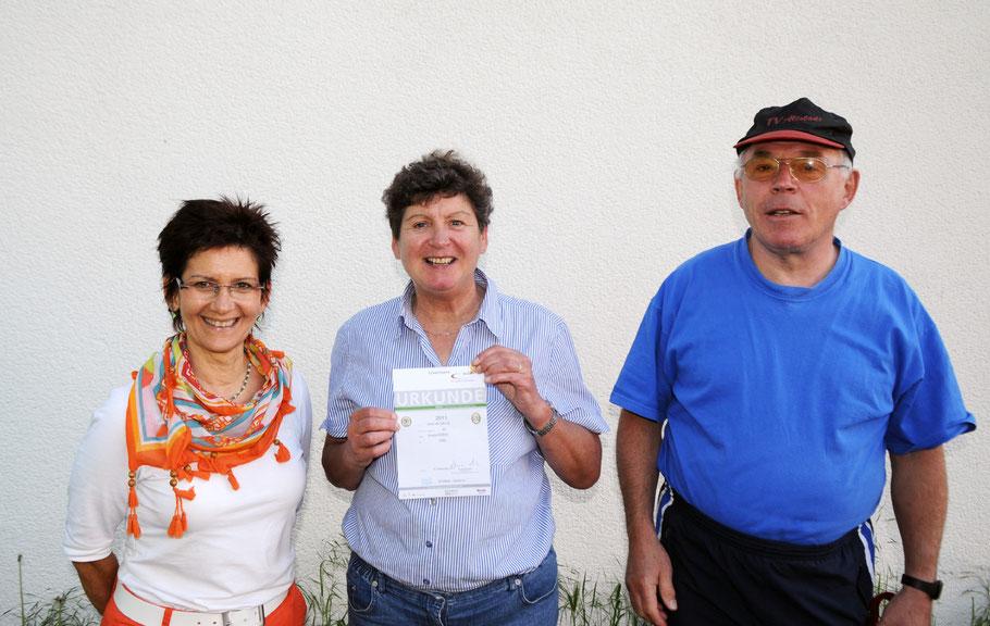 """Ursula Korst erwarb 2011 zum 30. Mal  das Sportabzeichenund wurde dazu von der TVA-Vorsitzenden Stephanie Deutscher und von Abteilungsleiter Karl-Christian Korst beglückwünscht."""""""