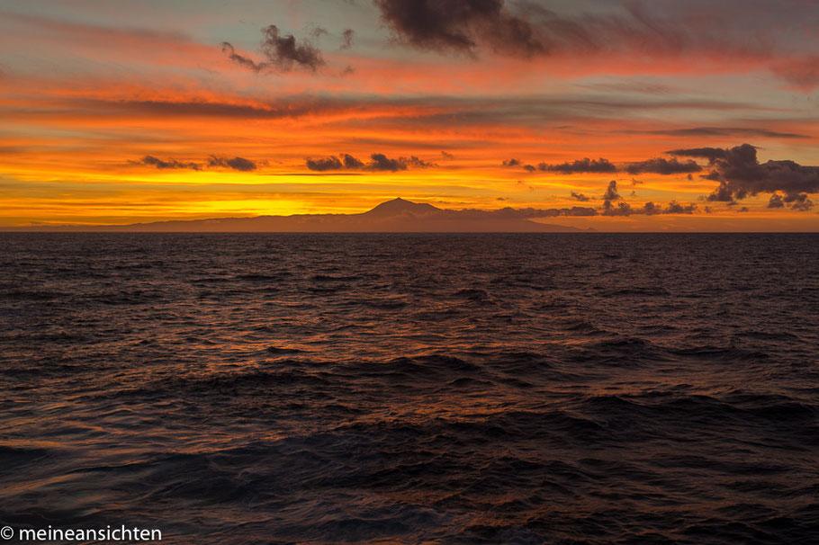 Sonnenaufgang über Teneriffa. Der Teide ist gut zu erkennen.