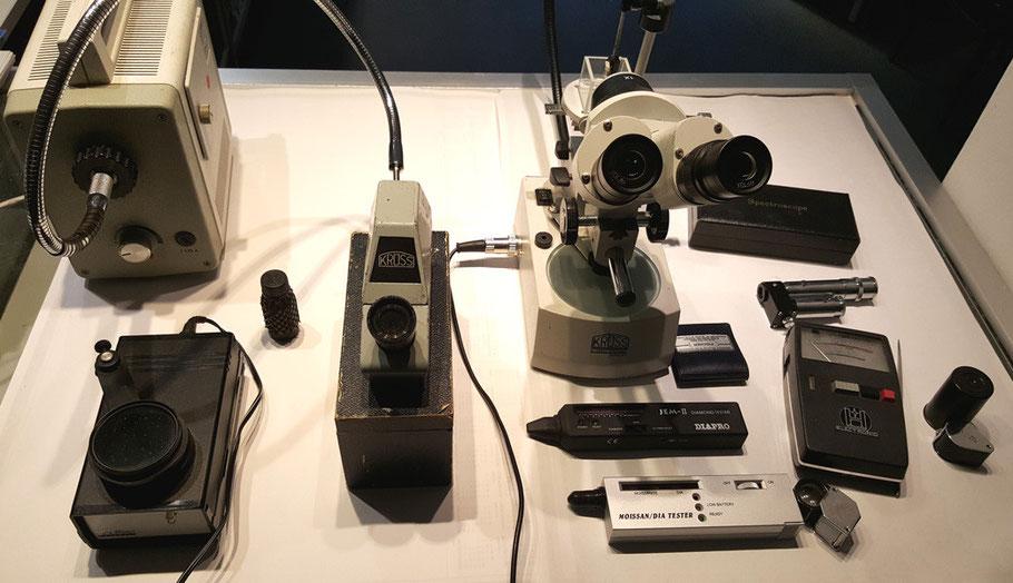 Geräte zur Prüfung und Bestimmung von Edel- und Schmucksteinen