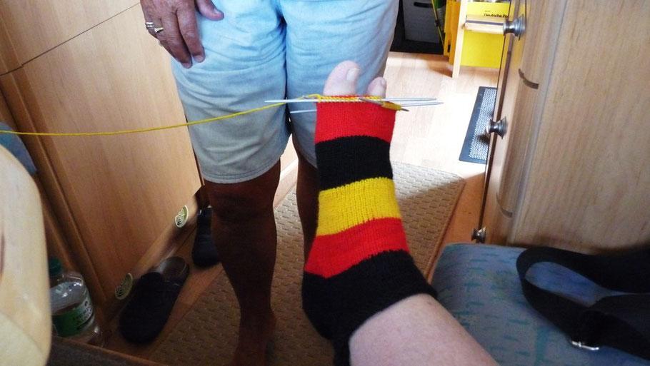 Unser Beitrag zu Frauen WM-Fußball: gestrickte WM-Socken