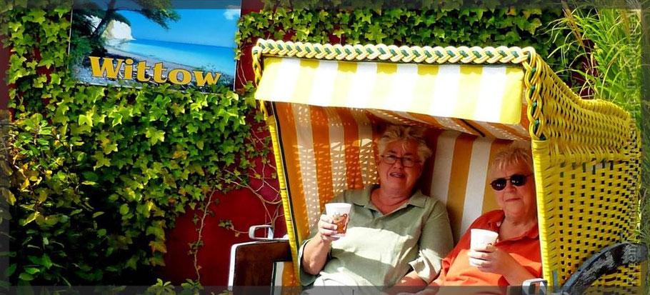 Travelmäuse trinken Kaffee im Strandkorb auf dem Stellplatz in Bergen.