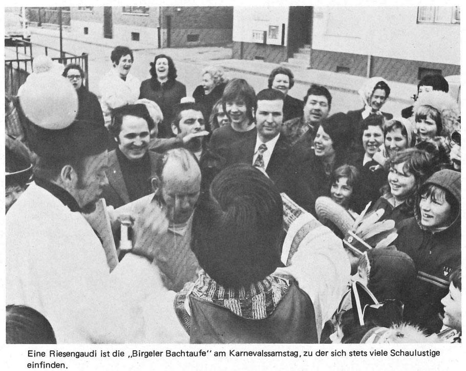 Bachtaufe 1974, als Täufer sind tätig: Heinz Decker (links) sowie Wilfried Müller I. (mit dem Rücken zugewandt  in der Bildmitte), Täufling hier ist der damalige Vorsitzende Peter Greven