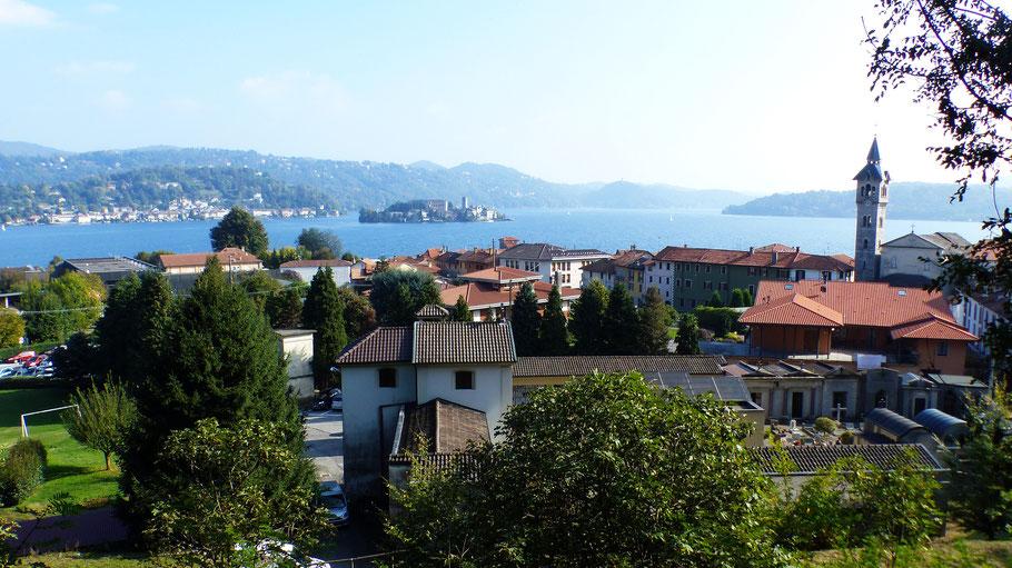 Blick von Pella auf den Lago d'Orta mit der Isola San Giulio